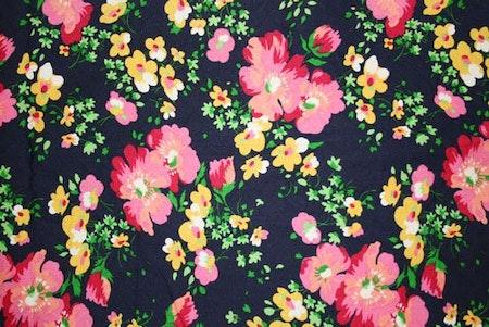 Tyg Marinblått blommigt retro.