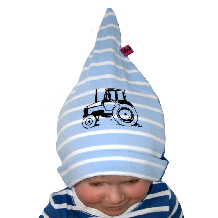 Ett barn med en blå och vit randig mössa med en tryckt traktor valmet på
