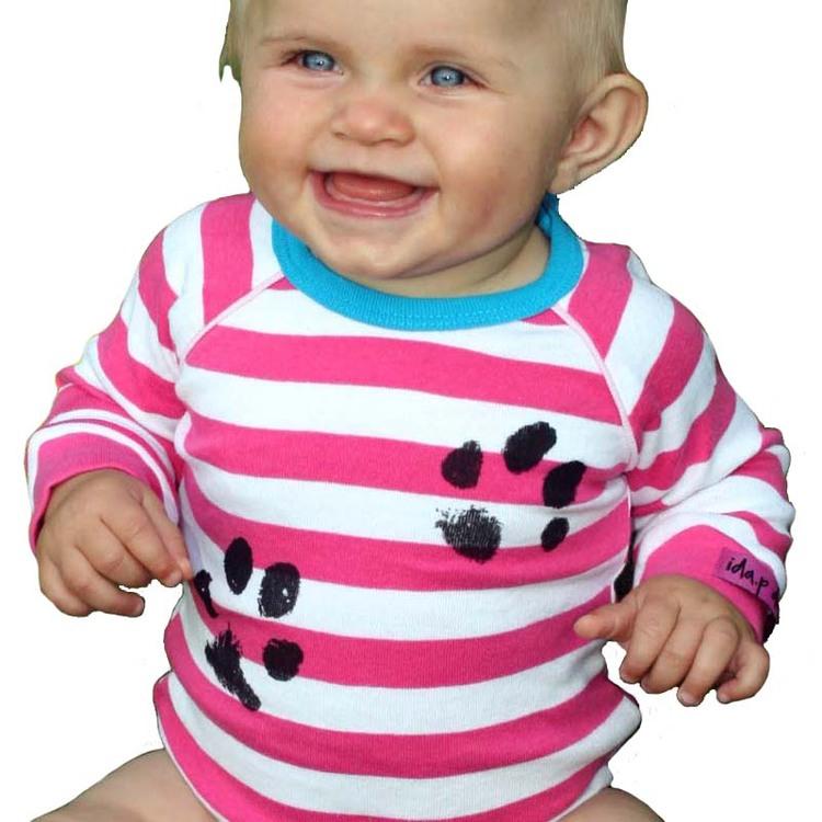 Babybody med handtryckta hundtassar. Bebisbody rosa med hundtassar på.