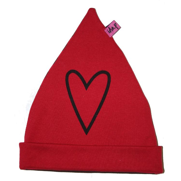 Röd barnmössa med handtryckt hjärta