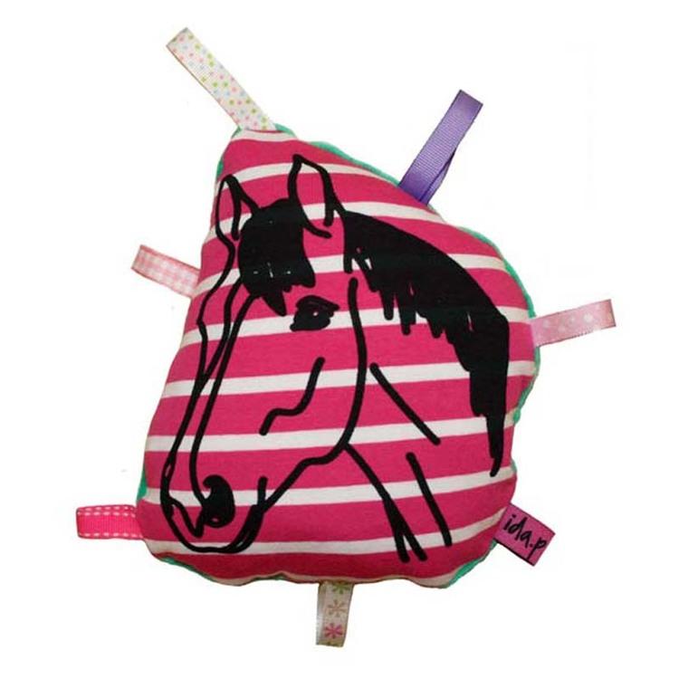 Babyskallra hangjord och handtryckt med en häst. Pillappar runt om.