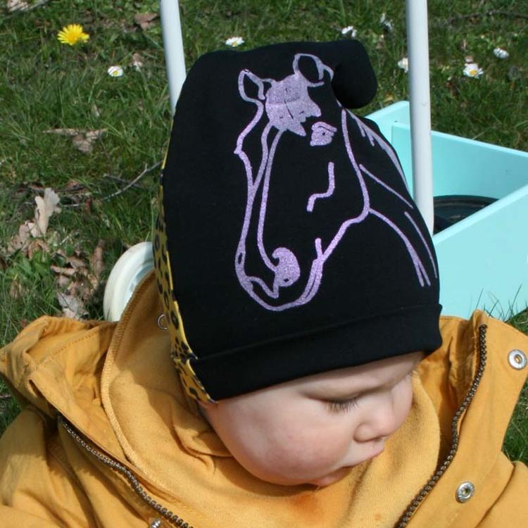 Barnmössa med glittrig häst