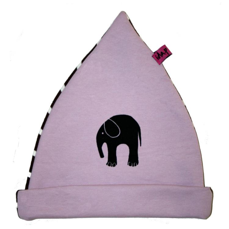 Ljuslila mössa för barn med handtryckt elefant på. Baksida i brun och vitrandigt tyg.