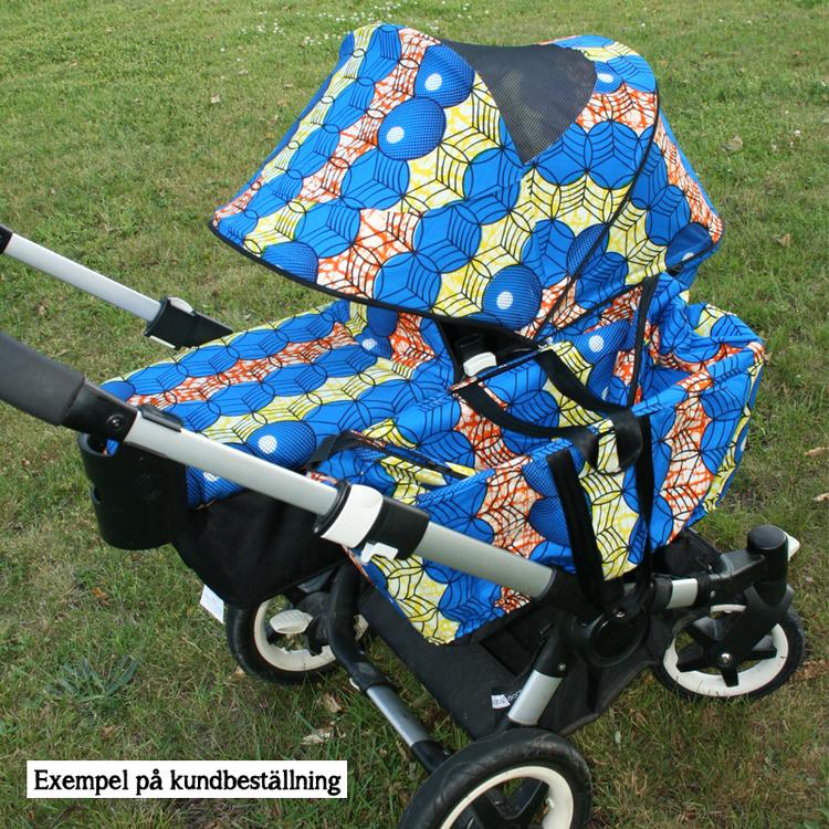 Sufflett Bugaboo Donkey2 i blått. Liggdelslock och sidokorgsväska