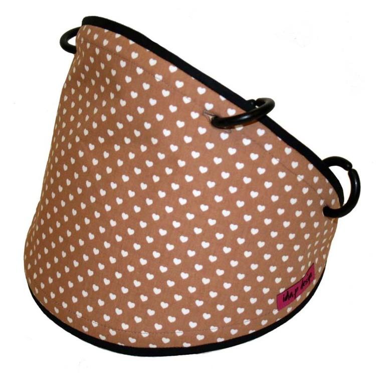 Solskydd till barnvagn. Ljus brun med små vita hjärtan. Svart kantband och svarta barnvagnsringar.