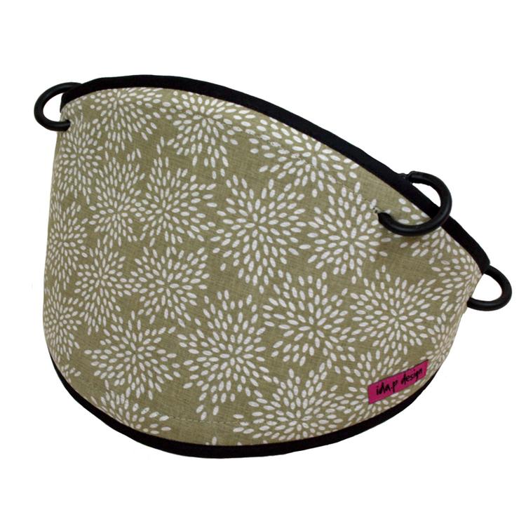 Solskydd till barnvagn sytt av grönbeige småbladigt tyg