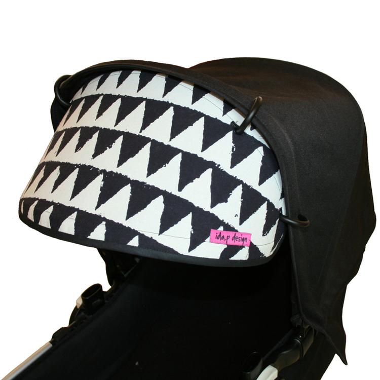 Solskärm till barnvagn i triangelmönstrat tyg i svart och vitt