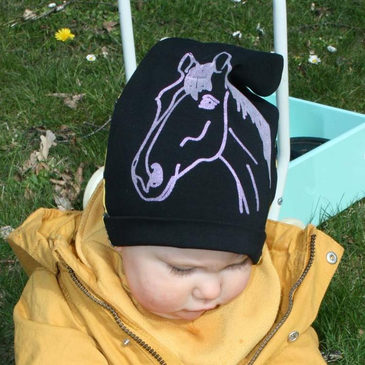 Barnmössa svart med handtryckt guldglittrig häst
