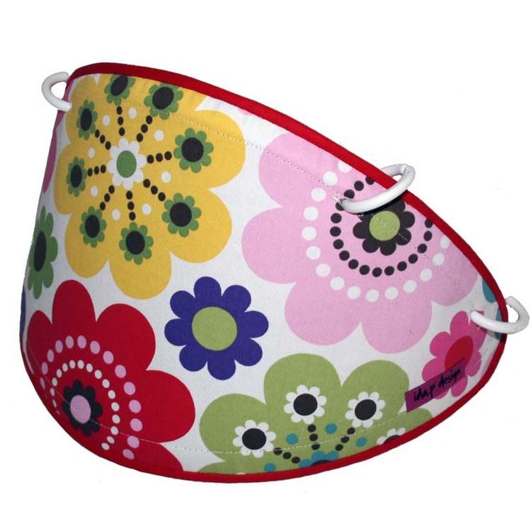 Solskydd till barnvagn sytt i ett färgglatt flower power tyg från Åhlens