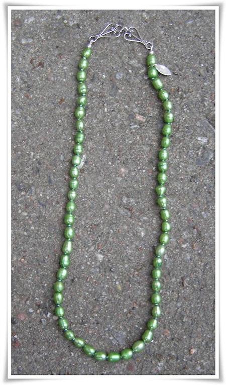 Halsband med sötvattenspärlor (106)