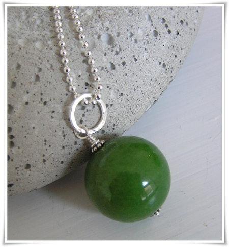 Berlock med grönfärgad jade (128)