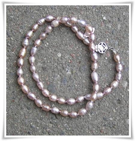 Halsband med sötvattenspärlor (137)