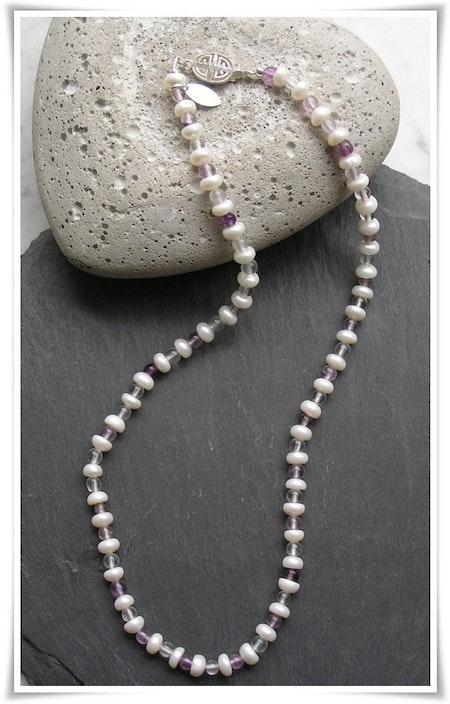 Halsband med sötvattenspärlor och fluoriter (178)