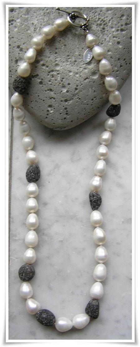 Halsband med sötvattenspärlor och lavastenar (223)