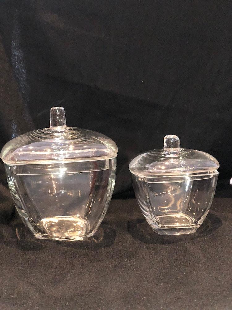Fyrkantiga glasskålar med lock.