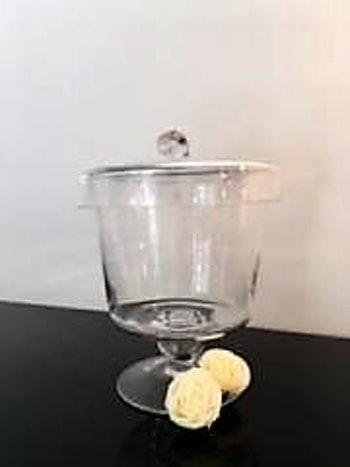 Glasskål på fot med lock.