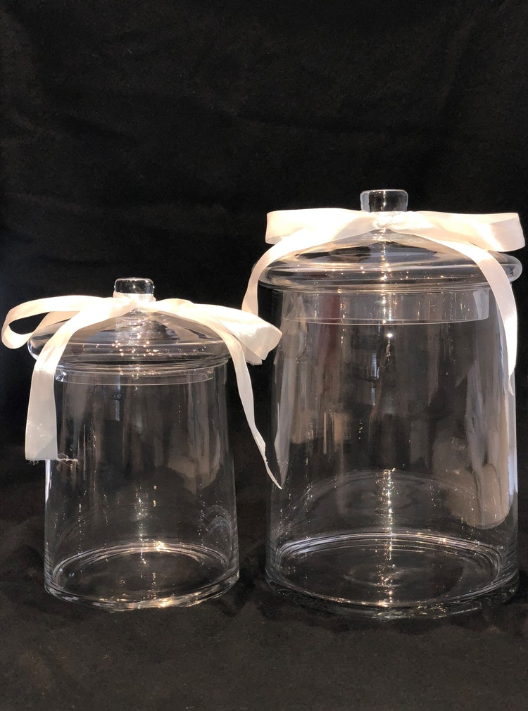 Glasskålar med lock i två storlekar.