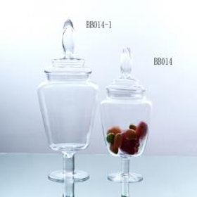 Glasskålar på fot med lock i två storlekar