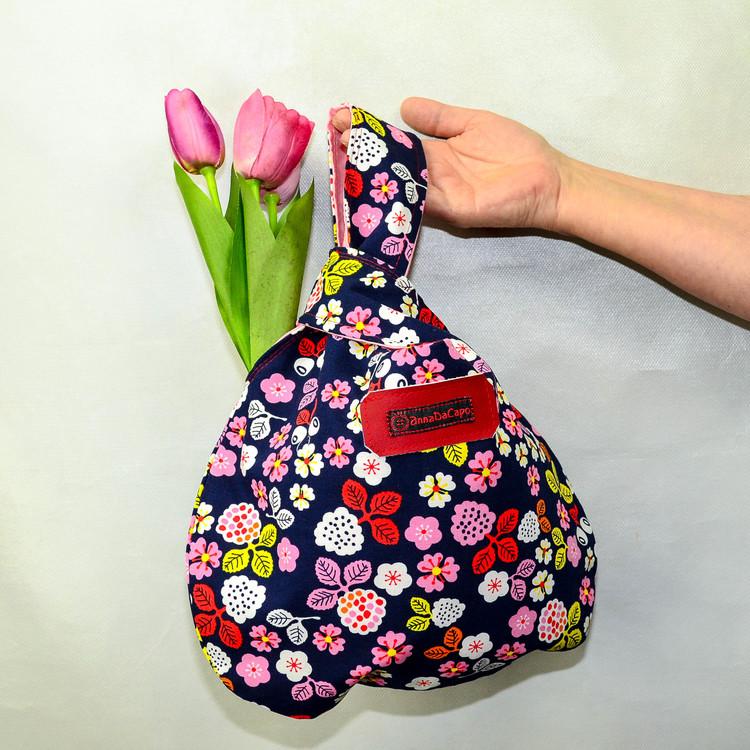 Projektväska Liten blommig med tulpaner som bärs av hand