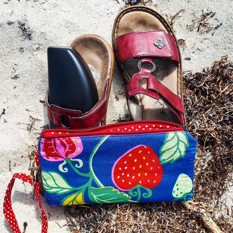 Handledsväska Sommarfavorit på stranden med sandaler och solglasögon