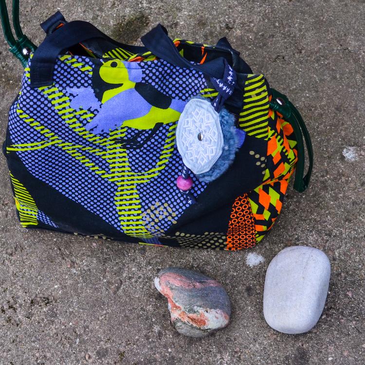 Väsksmycke Reflex Fårskinn med lila träkula hänger på axelremsväska Färgstark