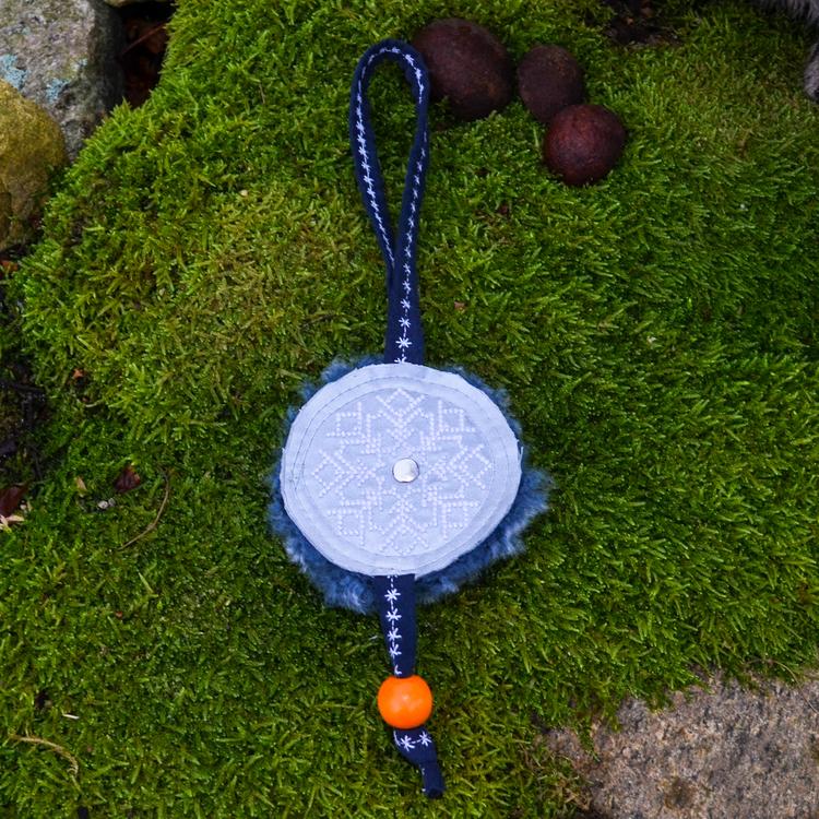 Väsksmycke Reflex Fårskinn med orange träkula