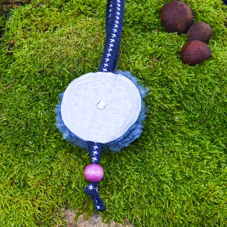 Väsksmycke Reflex Fårskinn med lila träkula