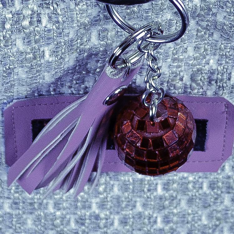 Handledsväska Rund  Vit beige nyckelringar tofs och discokula i förstoring
