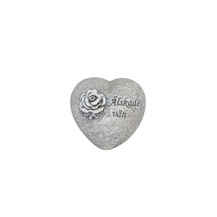 Ett hjärta i stenliknande material med texten älskade vän