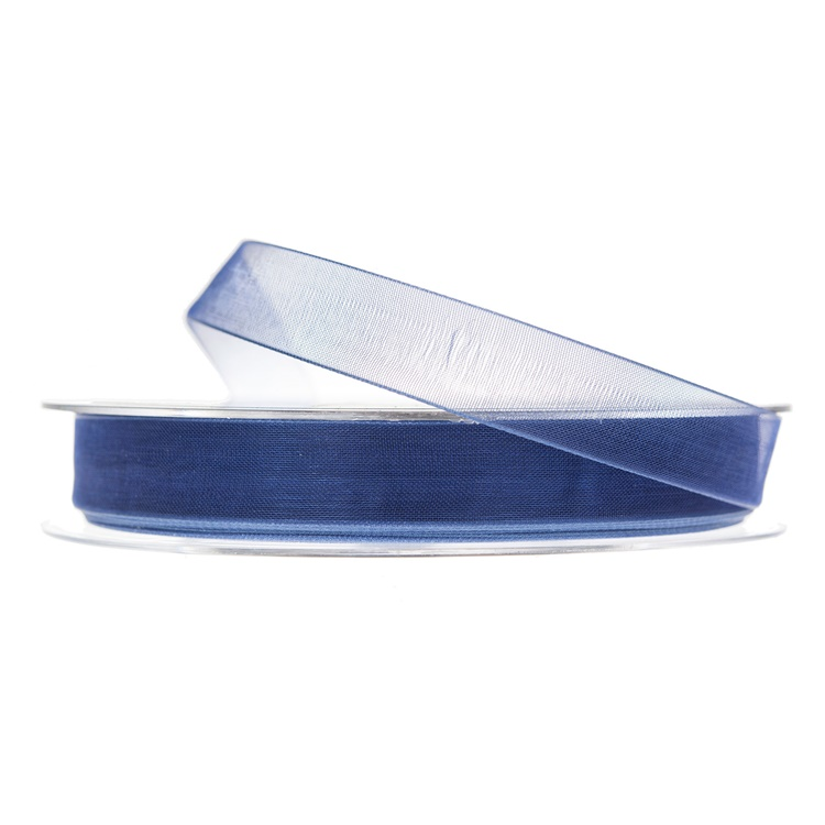En rulle med blått band i organza.