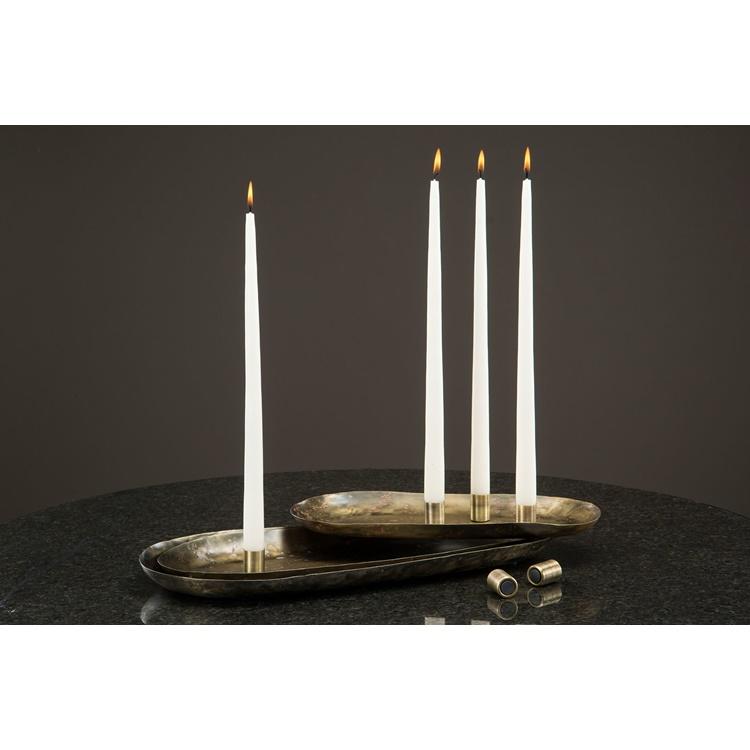 Metallfat med ljushållare och antikljus dekorativt placerade