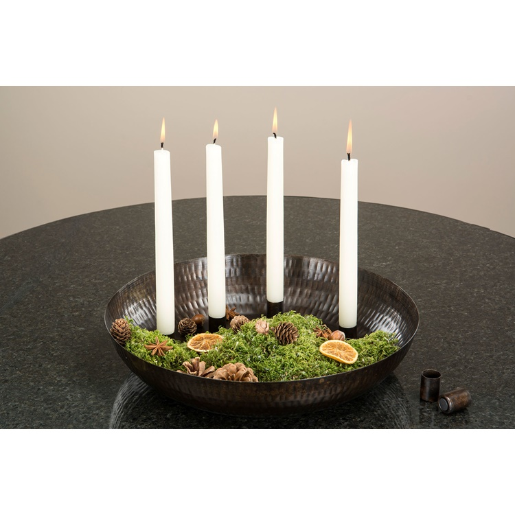 En dekorerad skål med fyra magnetiska ljushållare med ljus