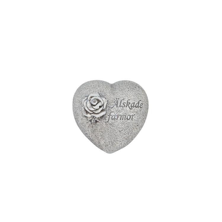 Ett hjärta i stenliknande material med texten älskade farmor
