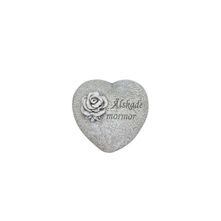 Ett hjärta i stenliknande material med texten älskade mormor