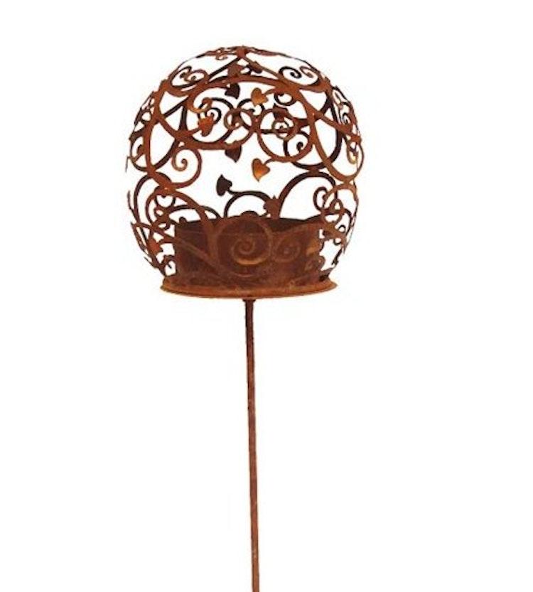 En rostig marschallhållare i form av ett blomklot på en hög pinne.