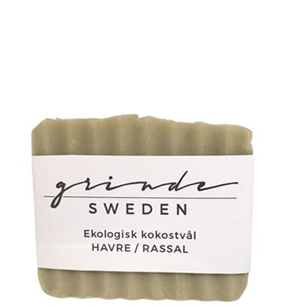 EN HANDGJORD, EKOLOGISK TVÅL av kokosolja med havre och rassallera Grinde Sweden