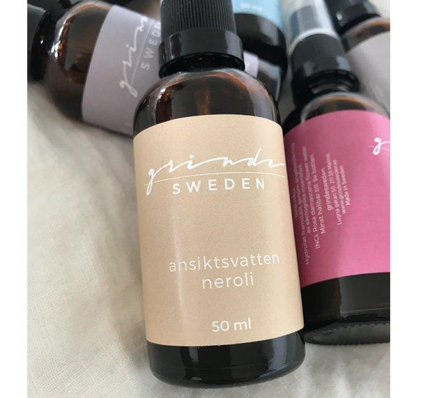 Ekologiskt nerolihydrolat ansiktsvatten har en tydlig blommig doft av neroli och verkar: regenererande cirkulationsökande. Är särskilt bra och vårdande för torr känslig mogen hud. Grinde Sweden
