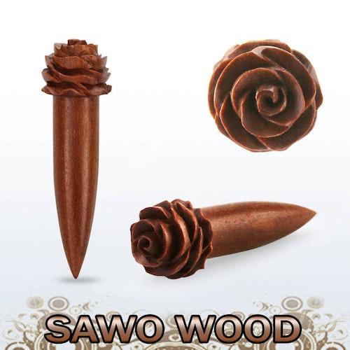 Töjning i sawo wood trä med handkarvad ros