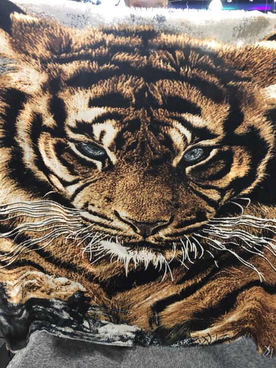Sjal med tigerhuvud