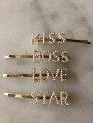 Hårnålar med ord Välj mellan Kiss, Boss, Love eller Star