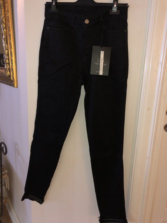Jeans med tuffa benslut  Svarta