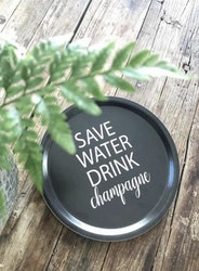 Bricka Rund Save Water Drink champagne