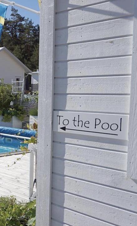 Träskylt To the Pool