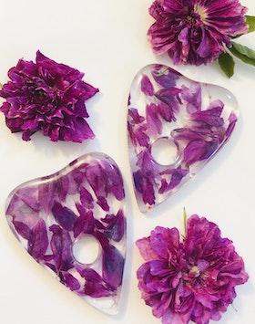 Ouija planchette - Rose petals