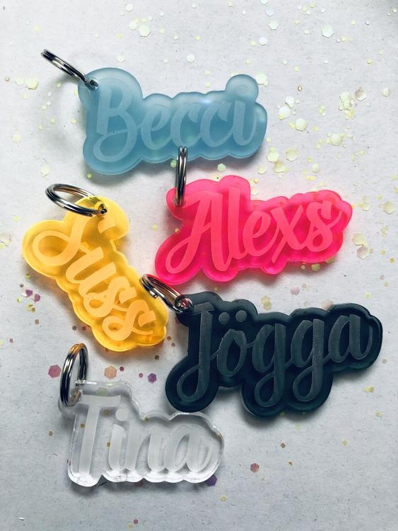 Nyckelring i plexi med namn