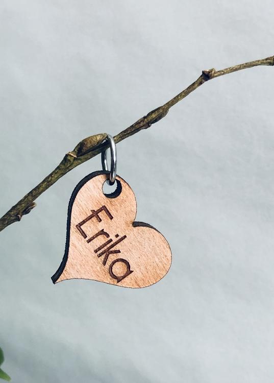 Namnsmycke i trä, hjärta
