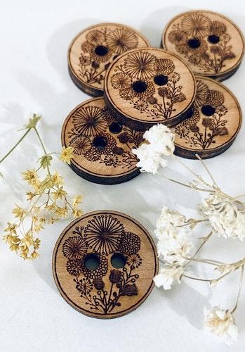 Blommor - knappar i trä