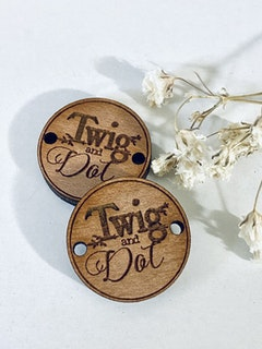 """""""Logo"""" - Knappar i trä med egen logotyp"""