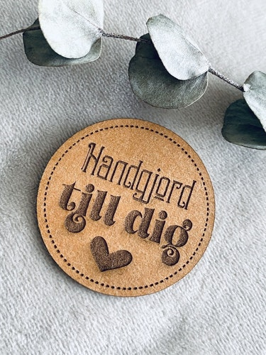 Handgjord till dig (cirkel) - Etikett i veganskt läder