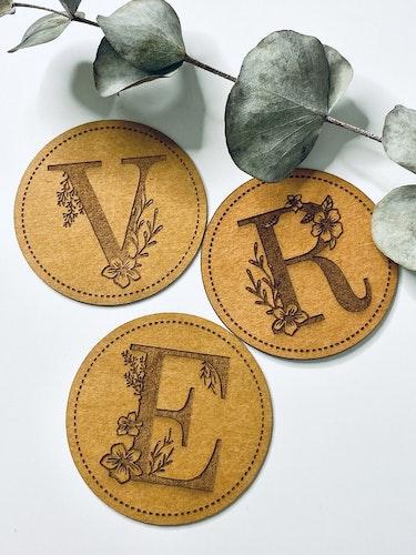 Blommande Bokstav - Etikett i veganskt läder